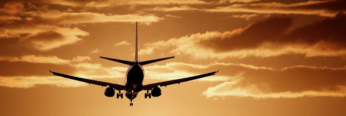 Flugzeug landet in der Dämmerung