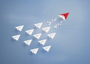 muitos aviões de papel no céu